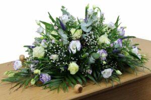 Een rouwboeket voor een bloemrijk afscheid